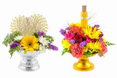 Blommor, rökelse och stearinljus i phan på whithebakgrund Arkivbilder