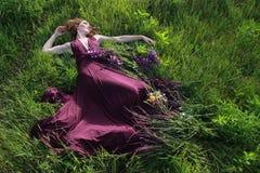 Blommor runt om flickan royaltyfri foto