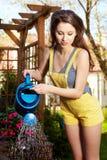 blommor som bevattnar kvinnan fotografering för bildbyråer