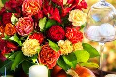 Blommor som dekorerar ferietabellen Arkivbild