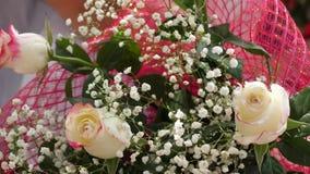 Blommor som en g?va f?r ferie N?rbild Bukett i h?nderna av m?n av h?rliga blommor och r?da rosor N?rbild stock video