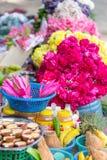 Blommor som erbjuda i templet, Chennai, Tamil Nadu, Indien royaltyfri foto