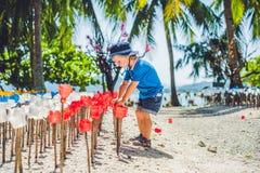 Blommor som göras från en plast- flaska återanvänd och förskole- pojke för plast- flaska Förlorat återvinningbegrepp Arkivbilder