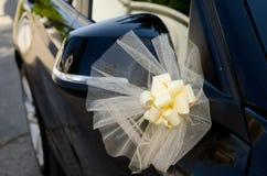 Blommor som garnering på bilen arkivbilder