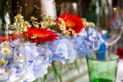 Blommor som garnering på en tabell Royaltyfria Foton