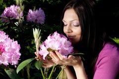 blommor som ler utomhus någon kvinna Royaltyfri Foto