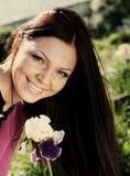 blommor som ler utomhus någon kvinna Royaltyfri Bild