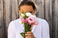 blommor som rymmer kvinnan ung Arkivfoton
