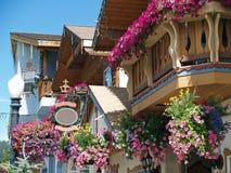 Blommor som smyckar gatorna av Leavenworth Arkivbilder