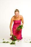 blommor som väljer kvinnan arkivfoto