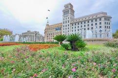 Blommor, springbrunn och arkitektur i den Catalonia plazaen, Barcelo Royaltyfria Bilder