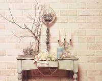 Blommor, stearinljus, julleksaker och maskering arkivfoton