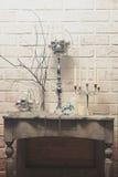 Blommor, stearinljus, julleksaker och maskering arkivfoto