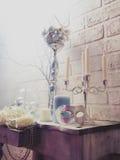 Blommor, stearinljus och maskeringsstilleben royaltyfria bilder