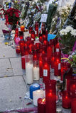 Blommor, stearinljus och tecknet mot terroristattack i Paris, förlade framme av fransk ambassad i Madrid, Spanien Arkivfoto