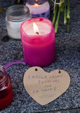 Blommor, stearinljus och tecknet mot terroristattack i Paris, förlade framme av fransk ambassad i Madrid, Spanien Royaltyfria Bilder