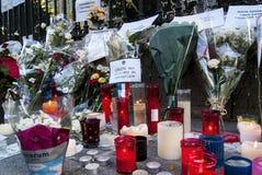 Blommor, stearinljus och tecknet mot terroristattack i Paris, förlade framme av fransk ambassad i Madrid, Spanien Royaltyfria Foton