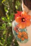 blommor tattoed kvinnan Fotografering för Bildbyråer
