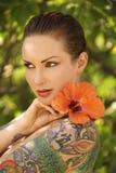 blommor tattoed kvinnan Arkivfoton