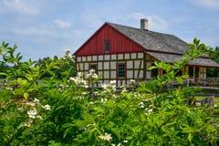 Blommor vid det tyska huset på den gamla världen Wisconsin royaltyfria bilder
