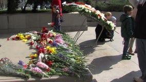 Blommorna på monumentet till den okända soldaten i i stadens centrum Sofia, Bulgarien stock video