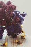 Blommorna på tabellen Royaltyfri Fotografi