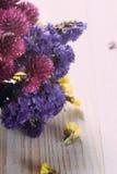 Blommorna på tabellen Royaltyfri Bild