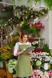Blomsterhandelägare arkivfoton