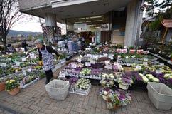 Blomsterhandel på vägsidan av Kyoto, Japan Royaltyfria Bilder