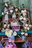 Blomsterhandel pioner, rosor, konstgjorda blommor Arkivfoton
