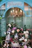 Blomsterhandel pioner, rosor, konstgjorda blommor Arkivfoto