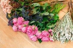 Blomsterhandelbakgrund Nya rosor för bukettleverans arkivbild