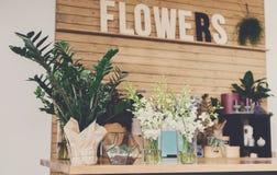 Blomsterhandelinre, små och medelstora företag av studion för blom- design Arkivbilder