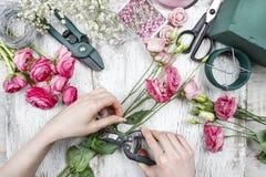 Blomsterhandlare på arbete arkivbild