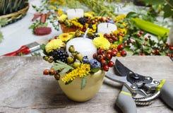 Blomsterhandlare på arbete royaltyfria bilder