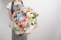 Blomsterhandlare på arbete Gör serenitetvanlig hortensiarich buketten Blommor i deras händer royaltyfri foto