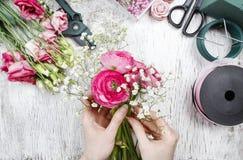 Blomsterhandlare på arbete Kvinna som gör den härliga buketten royaltyfri foto