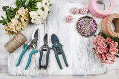 Blomsterhandlare på arbete Kvinnadanandebukett av rosa rosor Fotografering för Bildbyråer