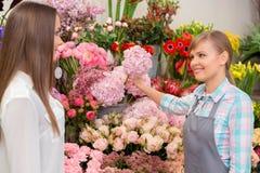 Blomsterhandlare på arbetstid royaltyfri bild