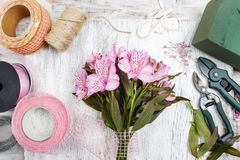Blomsterhandlare på arbete: kvinna som ordnar buketten av alstroemeriablommor Royaltyfri Fotografi