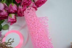 Blomsterhandlare p? arbete: n?tt bukett f?r kvinnadanandesommar av rosor p? en funktionsduglig tabell Kraft papper, sax, kuvert f fotografering för bildbyråer