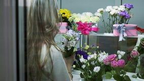 Blomsterhandlare skapar buketter i blomsterhandel arkivfilmer