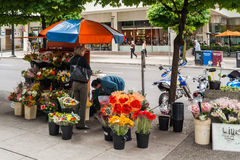 Blomsterhandlare som säljer blommor i det Vancouver centret Arkivbilder