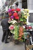 Blomsterhandlare som säljer blommor vid vägen Arkivbild