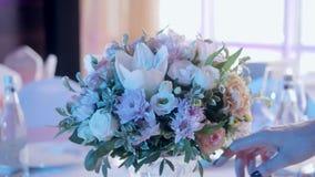 Blomsterhandlaren dekorerade det med blommor Tabeller ställde in för ett händelseparti- eller bröllopmottagande lyxig elegant tab stock video