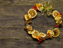 Blomsterhandlaren för kransen för dörren för ` s för jul och för det nya året arbetar mallbakgrund Arkivfoto