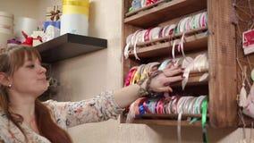 Blomsterhandlaren gör ett val in att shoppa lager videofilmer