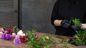 Blomsterhandlaren kopplas in, i att välja blommor för en till salu ljus och härlig sammansättning lager videofilmer