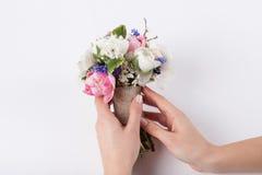 Blomsterhandlaren prepering en härlig bukett Fotografering för Bildbyråer