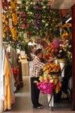 Blomsterhandlaren shoppar Arkivbild